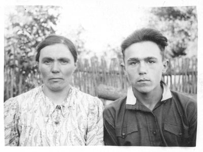 Сестра бабушки Рома (Разинькова) Мария Устиновна с сыном Петром Васильевичем. Проживали в х.Овадовка недалко от Тростянца. Сейчас их внуки и внучки живут в с.Становое, Тростянце и Харькове.