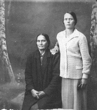 Фото через 37 лет. Моя Бабушка Орехова (Разинькова)Марфа Устиновна с мамой.