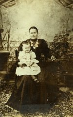 Моя прабабушка Разинькова Александра Ивановна(х.Пяткино) с дочерью Ореховой Марфой (моя бабушка, проживала до 1930 года в с.Олешня). Фото ателье И.Т.Бухарова в Ахтырке, 1901 год.
